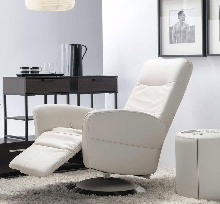 Skórzany fotel będący częścią mebli wypoczynkowych. Fotel z dodatkowymi funkcjami regulacji zagłówka i oparciem dla  nóg.