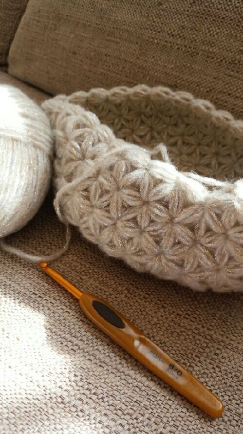 リフ編み?「ふ」にてんてんのリブ編みじゃないんです!てんてんなしのリフ編み。編み地が星や花びらのように可愛くなるかぎ針の編み方です。編み方動画と無料パターンがダウンロード出来るサイト、素敵なリフ編み作品をご紹介します♡