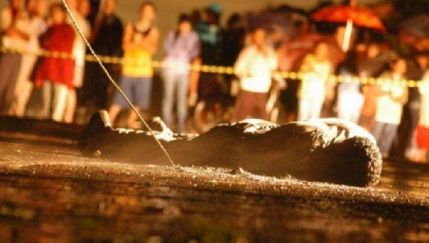 Impactante video: muere electrocutado al caer de una torre.  Ocurrió en Minas Gerais, Brasil. El hombre de 38 años estaba tratando de hacer una conexión ilegal sobre una torre de alta tensión. http://www.diariopopular.com.ar/c193982