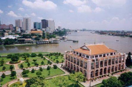 Bảo tàng có địa chỉ tại bến cảng Nhà Rồng thuộc thành phố Hồ Chí Minh. Ngôi nhà có tên Nhà Rồng nguyên là trụ sở của Hãng vận tải Hợp nhất được xây dựng từ những năm đầu thế kỷ XX.