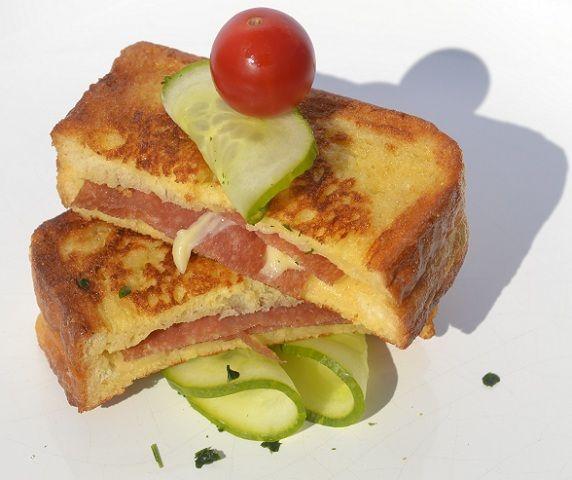 Ein schneller Snack sind gebackene Salami Weggli. Mit Toastbrot, Salami, Tomaten und Käse. Das Rezept für den kleinen Hunger.