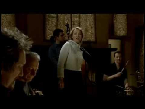 Jeg er pjattet med denne... Både sangen og videoen/musikerne. Ev'ry-fuckin'thing!  Saint Teresa - Joan Osborne with Donal Lunny