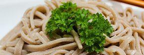 ***Soba Nudeln aus 100% Buchweizen*** Heute zeige ich euch, wie ihr euch selbst leckere Nudeln aus Soba (Buchweizen) zubereiten könnt. Diese Nudeln wurden ursprünglich aus 100% Buchweizen hergestellt und sind aus der japanischen Küche nicht wegzudenken. Es gibt sie in Restaurants und Schnellküchen ...