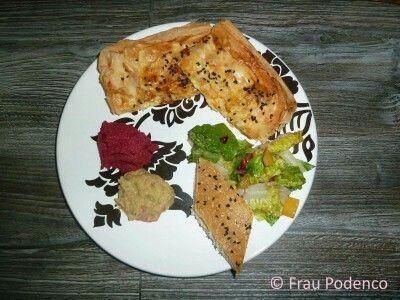 Kürbis-Käse-Börek mit selbst gebackenem Fladenbrot, Linsenpüree und Rote Bete-Hummus, dazu Salat mit Granatapfel-Dressing. Eine türkisch vegetarische Platte!