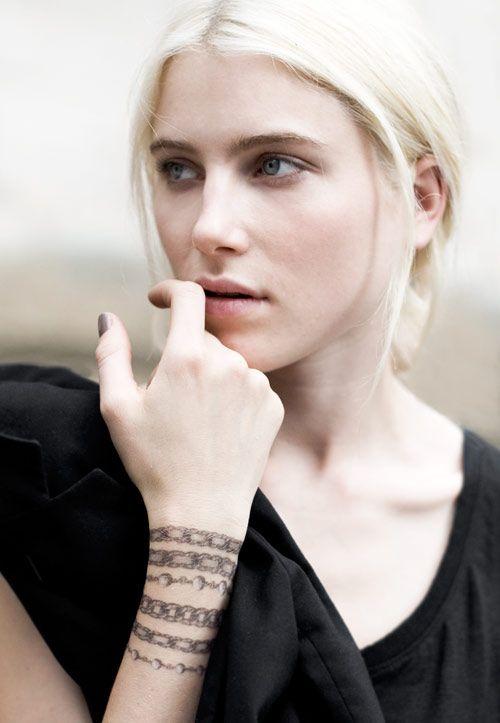 Vocês já devem ter visto por aí fotos das tatoos temporárias da Chanel. Eu quero muito… Elas estarão à venda aqui a partir desta semana. Eu as achei tão lindas… Não tenho nenhuma tatuagem pelo corpo; já até pensei em fazer uma ou outra, mas acho que não combinaria comigo, sei lá. Tenho medo de …