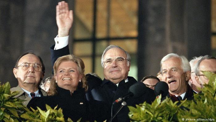 Bundeskanzler Helmut Kohl winkt auf der Feier zur Deutschen Einheit in Berlin