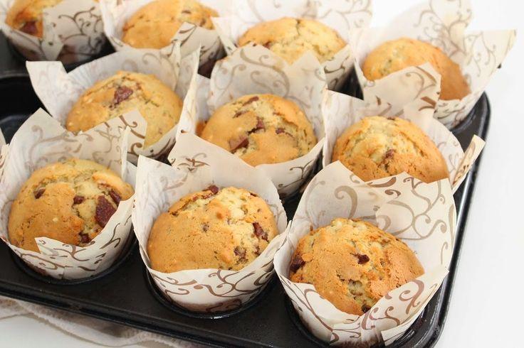 God lørsdag! I dag skal jeg vise dere oppskriften påbananmuffins med sjokoladebiter og nøtter. Disse muffinsene er utrolige gode med den herligesmakskombinasjonenav banan og sjokolade. Bananene gjør muffinseneekstra saftige og søte. Bananmuffins: 15 stk 2 egg 4 dl sukker 2 bananer, most 200 g smør, smeltet 8 ss melk 6 dl hvetemel 2 ts vaniljesukker …