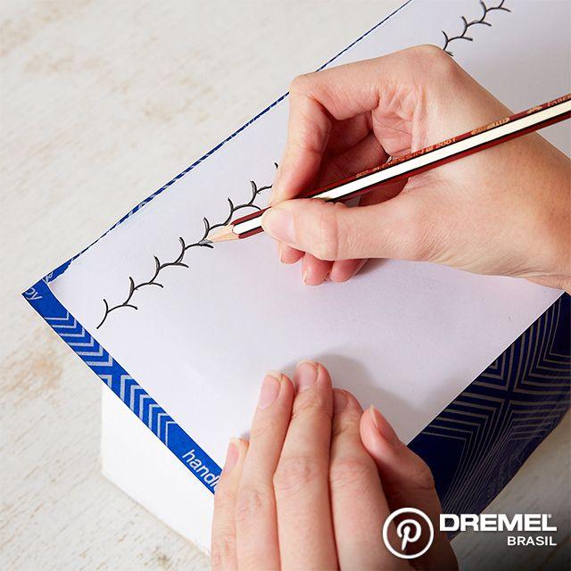 Passo 4: Usando uma folha sulfite com o papel carbono, desenhamos um delineado decorativo na caixa. Use a criatividade para fazer o que quiser!