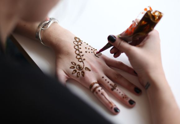 A #DIY tutorial on how to use the temporary henna tattoo sets from Free People!