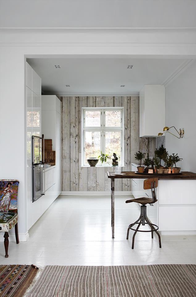 witte keuken - bar keuken - sloophout muur - sloophout behang - natuurlijke stijl