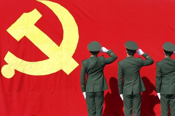 La Chine vit sous le régime du parti unique, rien ne se fait sans lui. Aussi, avant le début du 18e congrès, les membres de la police chinoise choisis pour assurer la sécurité ont dû prêter serment, en grand uniforme, le poing levé et serré, devant le drapeau à la faucille et au marteau.