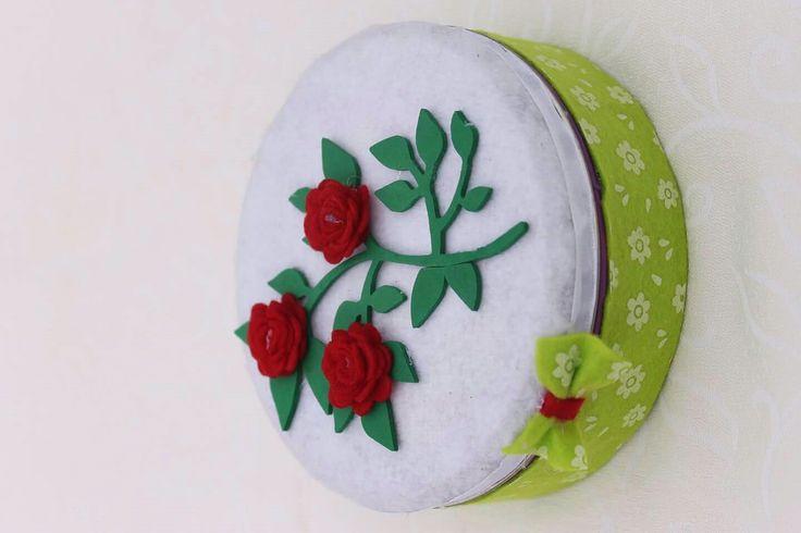 Scatola contenitore, perfetta per contenere un regalo, materiale creativo o come tenero centrotavola con biscotti o caramelle Modello piccolo con decorazione in pannolenci e fommy Sempre personalizzabili  #magiedimaiseperline #fattoamano #primavera #spring #confezioni #regali #sorpresa #ramo #fiori #rose #pannolenci #feltro #scatola #fommy #handmade #madeinitaly