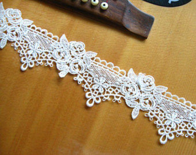 Witte katoenen kant Trim Venetië Floral bruids Lace stoffen leveringen bruiloft Decor accessoires Grace stijl   === MATERIËLE ===  Katoen   === MESUREMENT ===  Breedte: 4cm (3.15)   === KLEUR === wit zoals te zien in de afbeelding. Gelieve te voelen vrij om convo me als u liever een ander.    === HOEVEELHEID ===  Deze aanbieding is voor 1 yard   === BESCHIKT OVER ===  * Ontworpen door de beroemde meester speciaal voor bruids toebehoren.  * Levendige 3D-ontwerp, romantische en elegante…