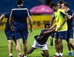 Torcedor invade campo para ver o jogador Neymar, durante treino do Barcelona, no estádio nacional de Bukit Jalil, perto de Kuala Lumpur, na Malásia