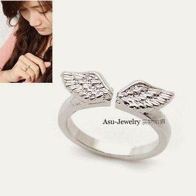 Fashion korea dengan cicin sayap berwarna silver. Akan membuat Anda semakin cantik mempesona.