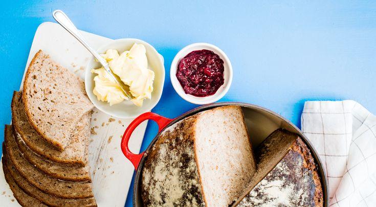 Recept på grytbröd med lingon och råg. Brödet får en god knaprig yta då det gräddas i gjutjärnsgryta. Ta av locket när ca 30 min återstår av gräddningen. Lingonsylten gör det saftigt och gott.