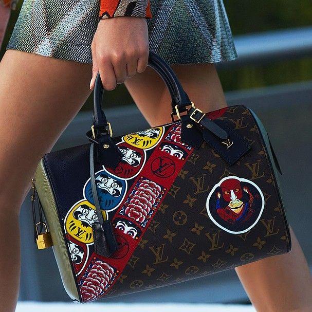 """Colección detalles: Bolsos de Louis Vuitton en la colección Cruise 2018  Se convertirá el bolso de Louis Vuitton con el maquillaje de ojos Kabuki, hechos por el diseñador Kansai Yamamoto, en un nuevo """"must have"""" ??"""