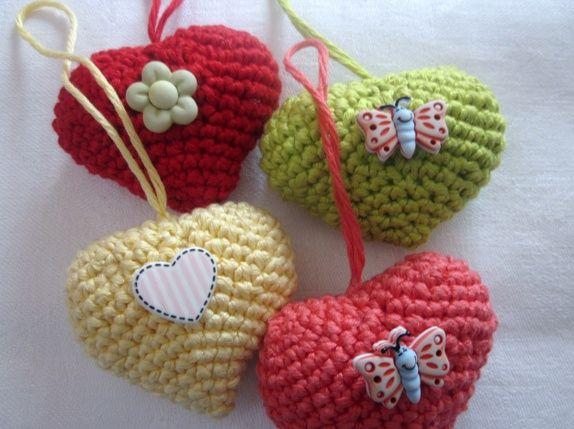 Hekla hjerter i gult, rødt, grønt og lakserødt, m/blomst, hjerte, sommerfugler.