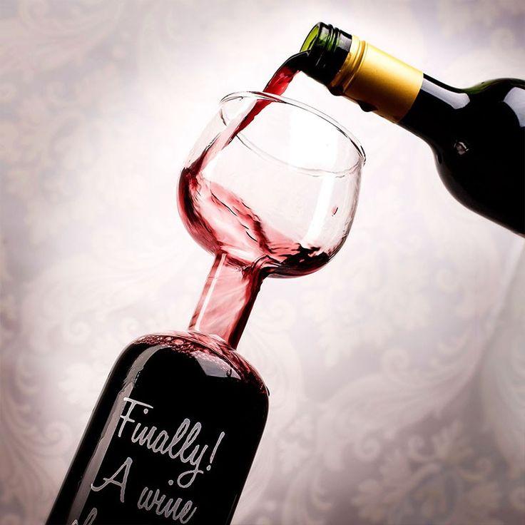 Butelka do wina razem z kieliszkiem. Raczej zabawny gadżet, który przy okazji dobrze wygląda i może służyć idealnie jako dekoracja do mieszkania. Jest to butelka, która zamiast tradycyjnej szyjki posiada kieliszek do wina. Dla fanów tego alkoholu będzie to zabawny kielich na domową imprezę, który na pewno rozbawi gości do łez. Jednak na co dzień będzie ładnie wyglądał i głównie tylko dekorował nasze mieszkanie. #dekoracja #butelka #kieliszek ##wino ##czerwone