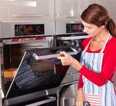 Как вымыть духовку без  бытовой химии.Предлагаем вам очень простой и недорогой метод очистки вашей духовки от копоти без применения химических чистящих средств. Процесс будет разделяться на два этапа, первый — очистка внутренней части духовки, а затем очистка окна.