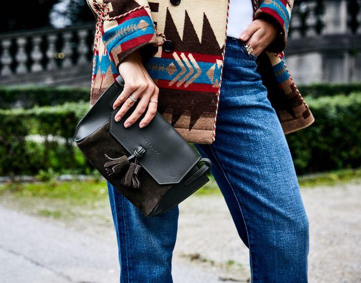 Folklore, Tracht, Ethno, viele Einflüsse verdichten sich im Herbst zu einem Mega Thema, das in seiner augenfälligen Farbgebung, den rustikalen Materialien, interessanten Details sowie seiner angenehmen Entspanntheit das Gegenteil ist zum sexy Barbie Kardashian Look der letzten Jahre | @longchamp #bag @poloralphlauren #jacket via @lodenfrey @michaelkors #tshirt @frame #pants via @ungerfashion  Anzeige *