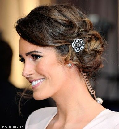 Práctico peinado para novias si deseas llevar tu cabello recogido y para nada ostentoso.