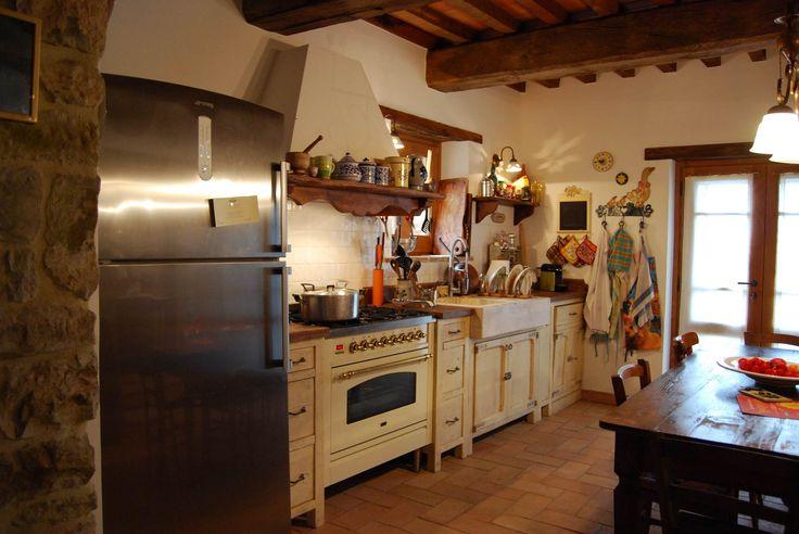I legni antichi decapati sui toni dell'avorio rendono questa cucina calda, le ferrature e le sagomature in stile francese stemperano e smorzano la linearità della forma generale.