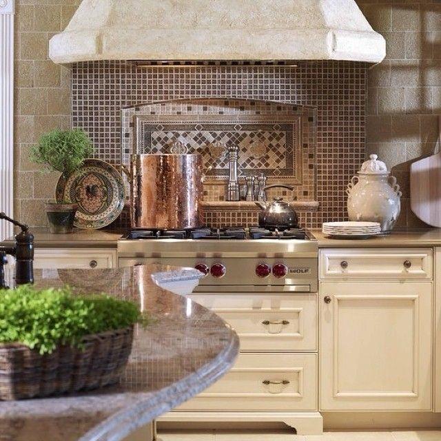 Кухня в традиционной стилистике🍴☕ #интерьер #дизайн #дизайнинтерьера #декор #декорирование #стиль #классический #традиционный #камень #плитка #плита #кремовый #цвет #кухня #идея #вдохновение #kashtanovacom #interior #design #decor #style #classic #idea #kitchen