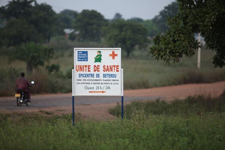 Niet alleen de microfinancieringsbank zorgt voor verandering in het leven van de vrouwen, ook de kraamkliniek en kleuterschool in het epicentrumgebouw zijn belangrijk. De 24-uur per dag bemande kraamkliniek is een uitkomst voor zwangere vrouwen die voorheen uren moesten lopen. Foto: Anneke Verbraeken — in Benin.