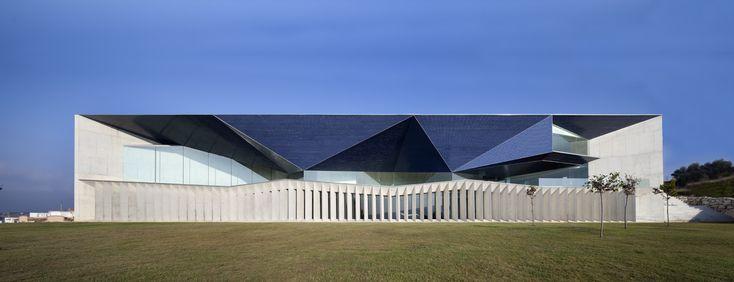 Construido por Francisco Mangado en Alicante, Spain con fecha 2011. Imagenes por Juan Rodriguez. Teulada-Moraira es un núcleo urbano atípico. Dividido en dos unidades físicas diferenciadas por la distancia, resulta...