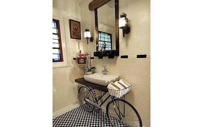 """A bicicleta foi reciclada para se transformar na """"bancada"""" do lavabo. Gostou da ideia?."""