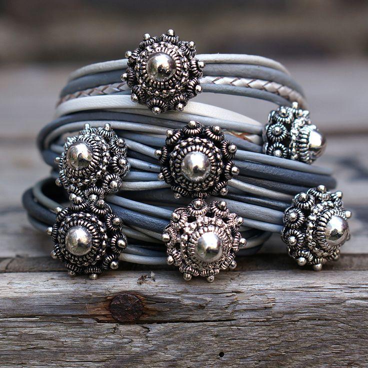 Heel veel mooie grijze zeeuwse knoop armbanden www.beadle.nl