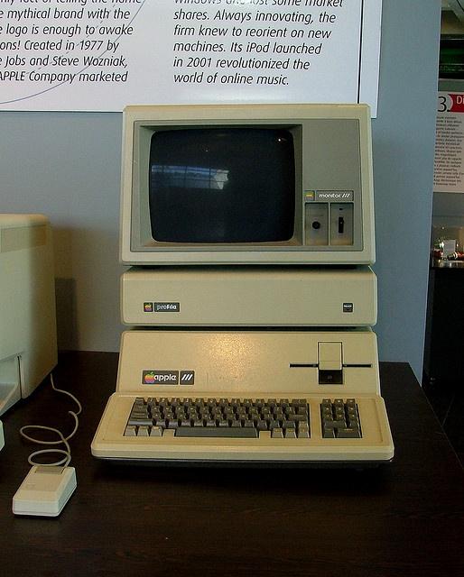 Old Apple computer | Assistant en informatique | Pinterest | Apple, Apple inc and Apple iii