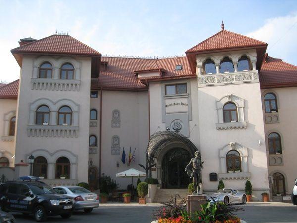 Singurul hotel din tara noastra si unul dintre cele doua din Europa de Est, incluse intr-un top prestigios al celor mai bune 130 de hoteluri din lume, realizat de Conde Nast Traveler, Carol Parc este situat in apropierea celui mai vechi si mai mare parc din Bucuresti, Parcul Carol.