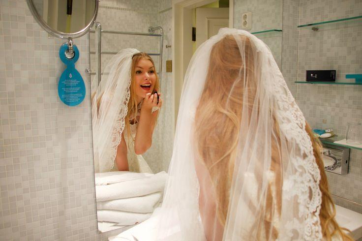 Hotellissa morsian valmistautuu rauhassa elämänsä tärkeimpään päivään. Kysy sviittejämme erillisellä pukeutumishuonella. saatavilla mm. Tampereella, Oulussa ja Helsingissä. #häät #hääsviitti #hääaatonhuone #sokoshotels #weddings
