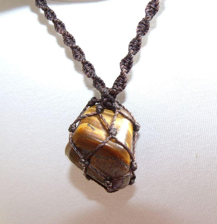 Colar com pedra natural Olho de Tigre, castroado em macramê na redinha. Regulável e unissex. Dimensões aproximadas da pedra: 3,5 X 2,5 cm