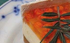 Ostelagkage med havtorn og sprøde marengs En nordisk drejning med havtorn på toppen i den kendte og elskede ostekage med gelé.