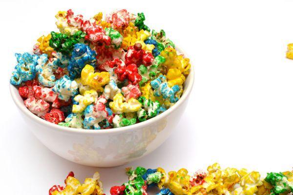 Conocemos las recetas para hacer palomitas de maíz dulces o saladas, pero con esta idea iremos más allá y les daremos colores.
