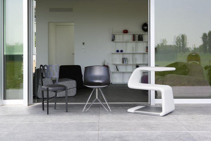 Ponti 969 sedia di Gio Ponti disegnata, appunto, nel 1969. COCOON di Serena Vinciguerra e SISSI seduta scrittoio di Michele Franzina