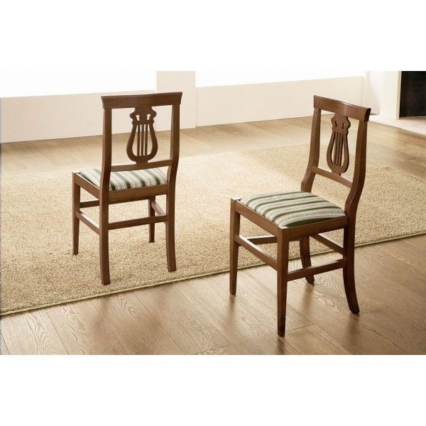 Sedia classica Sinfony Altana - In legno massiccio di faggio laccato noce e rivestimento in stoffa. Questa sedia si caratterizza per lo stile classico ideale per arredare il vostro salotto in maniera raffinata ed elegante, il rivestimento in stoffa è abbastanza comodo mentre lo schienale è abbellito da degli intagli che formano un'arpa. Questa sedia misura una lunghezza di 42 cm per una larghezza di 36,5 cm; un'altezza di 91 cm ed è prodotta e creata interamente in Italia.