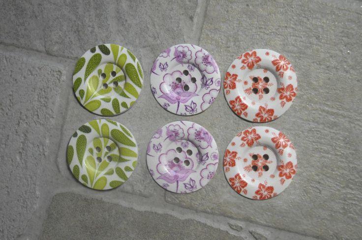 6 gros boutons ronds en bois, 4 trous- Fleurs, motifs assortisrétro- BOU429 : Boutons par kersidan