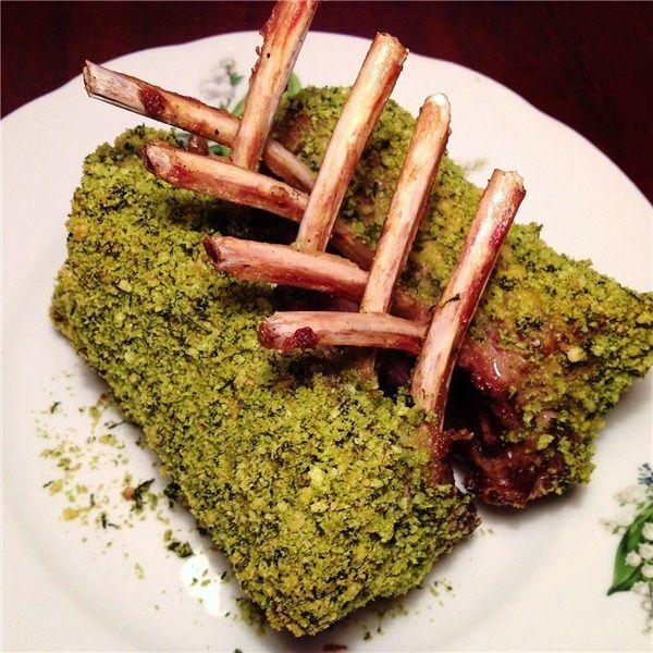 Каре ягненка в базиликовой панировке - каре ягненка запеченное в зеленом базилике с хрустящими сухариками