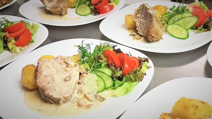 Coś dla mięsożerców 😀 Soczysty stek z karkówki. Kawał mięsa, które zadowoli największych smakoszy. Kluczem do sukcesu jest odpowiednia marynata i czas pieczenia.Pełnie smaku uzyskujemy w połączeniu zdelikatnym sosem śmietankowym ... #przepisy #food #foodporn #recipes #karkówka #mięso #obiad