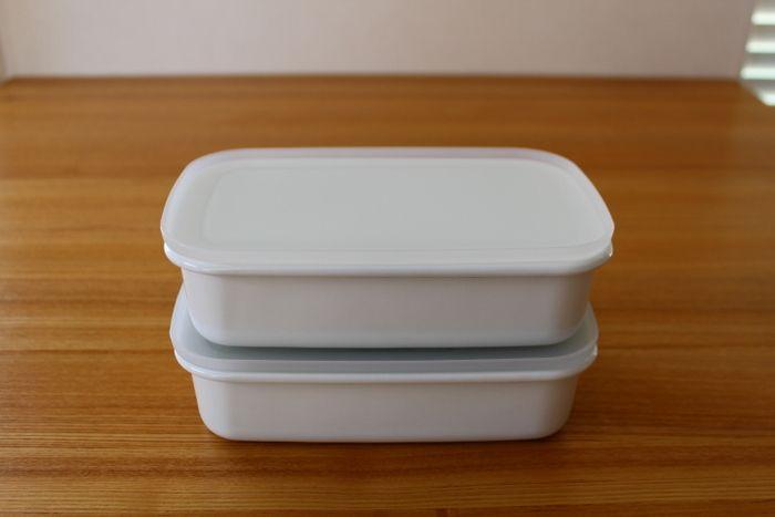 無印良品では、ガラスや磁器、アクリル等様々な材質の容器を販売していますが、琺瑯の保存容器も扱っています。