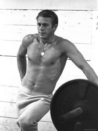 Actor Steve McQueen Standing Beside Bench Press Reproduction photographique sur papier de qualité