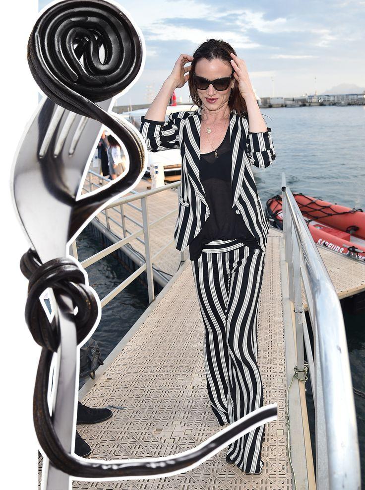 Juliette Lewis appare spesso dinoccolata dentro agli outfit. Questa volta, su è giù dagli yacht, si è concessa un completo, con giacca a un bottone e pantaloni a zampa, ipnotizzato da numerose strisce verticali tipo stringa di liquirizia di Willy Wonka.  -cosmopolitan.it
