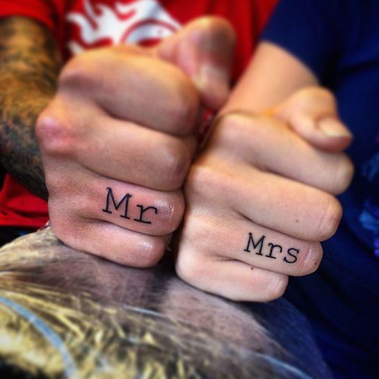 Warum Tattoos die neuen Verlobungsringe sind #refinery29  http://www.refinery29.de/warum-tattoos-die-neuen-verlobungsringe-sind#slide-7  Mr. & Mrs.Diese Mr. & Mrs. Tattoos sind eine öffentliche Geste zu seinem Partner zu stehen und wir finden das großartig. Wer kennt dieses Gefühl nicht, wenn man der ganzen Welt mitteilen will, wie toll der Mensch an seiner Seite ist?...