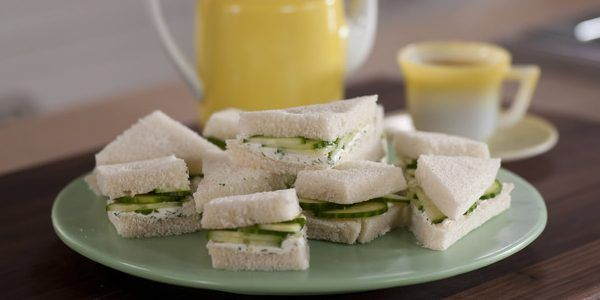 Лето — это прекрасный повод попробовать новые рецепты с сезонными овощами. Лайфхакер предлагает три простых рецепта вкусных и сытных сэндвичей с огурцом.