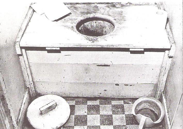 De voorloper van de w.c. (= water closet): bij mijn opa's/oma's/ooms/tantes (op de boerderij) nog een 'tonnetjes-toilet': ipv (hedendaags) toiletpapier lagen stroken (kranten)papier... (de tonnetjes werden geleegd in de gierput)