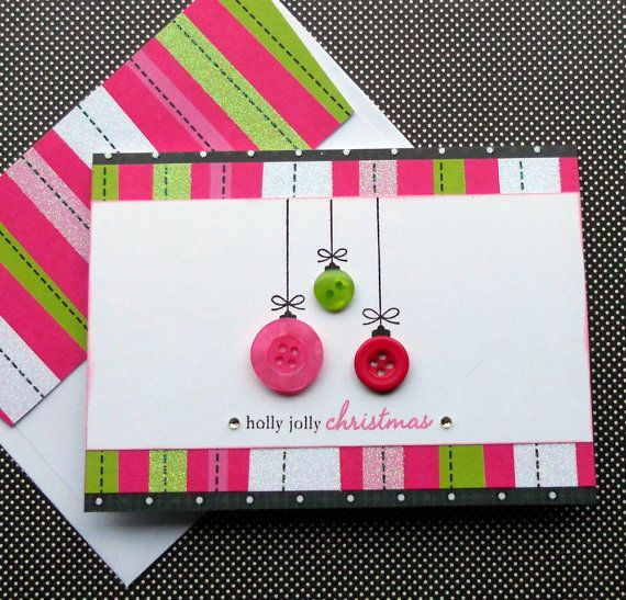 Carte de Noël avec des boutons rose, vert et rouge et des rayures. Simple et efficace ! Christmas card with buttons in pink, red and green. Striped scrapbooking paper.